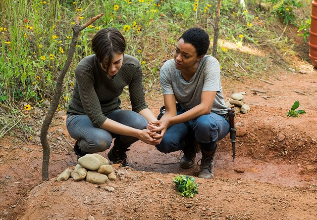 walking dead go-getters-maggie-and-sasha-at-the-graves